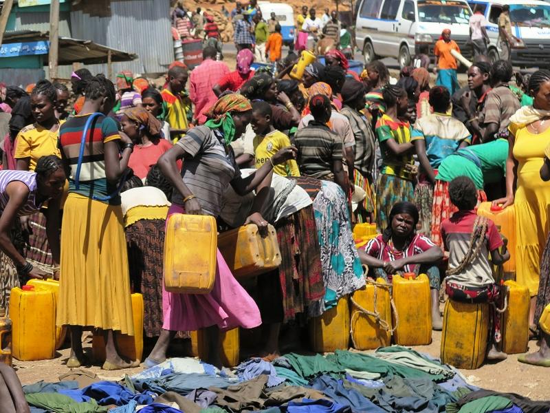 Wasser tragen ...eine Aufgabe der Frauen hier in Äthiopien